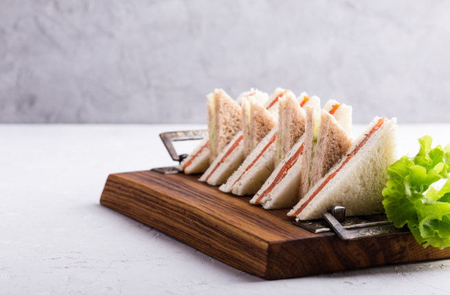 Sandwiches met zalm en eiersalade op de afternoon tea