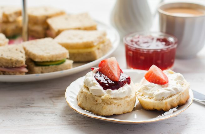 scones met aardbeien, traditioneel recept afternoon tea